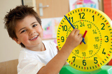 kid learning the clock